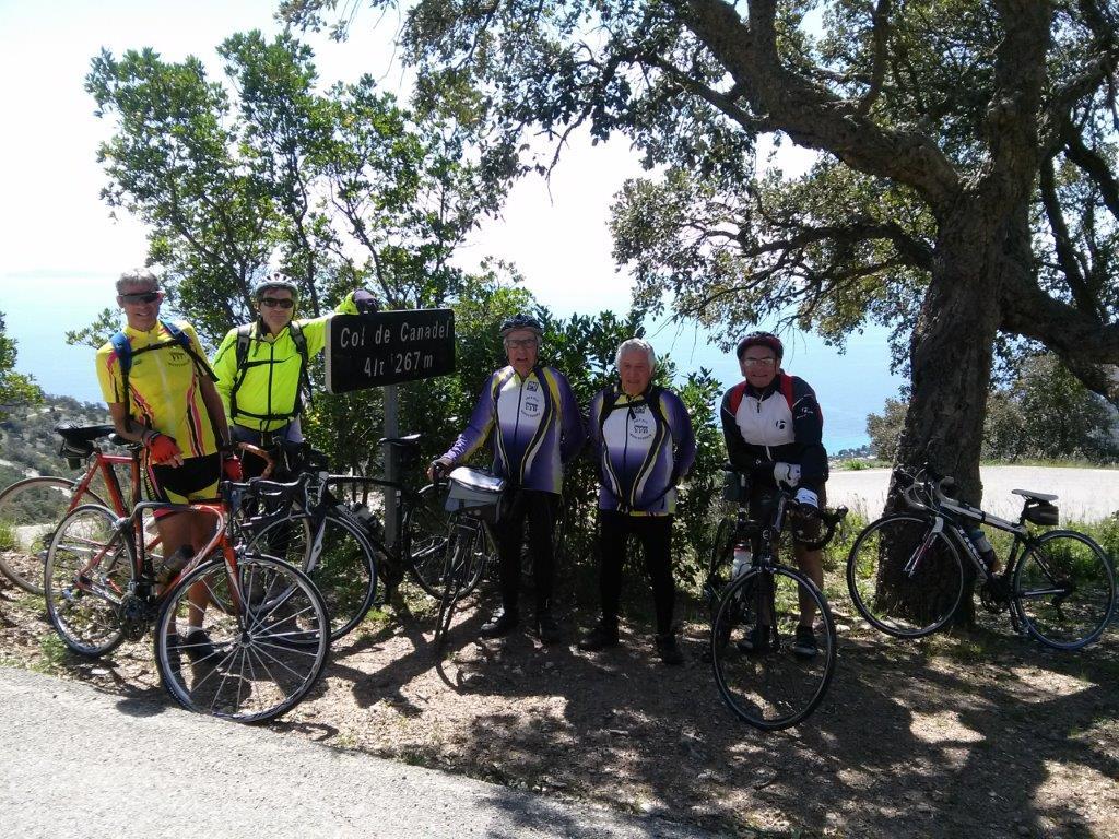 Une petite équipe du club Aqueduc Cyclo dans le Var au col des Canadel